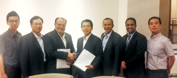 Mustafa (left) and Park of Daelim shaking hands after signing a deal for Rabigh CP 1 and 2
