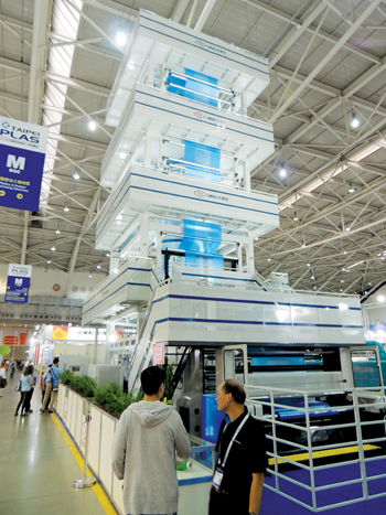 The Diing Kuen Plastic Machinery stand at the expo
